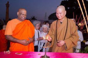 啟用典禮當晚,強帝瑪法師與悟道法師共同主持點燈儀式。