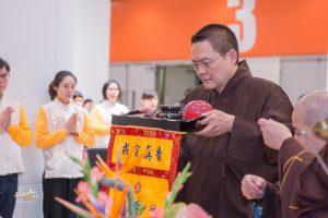 香港佛陀教育協會主席王溢輝會長恭請悟道法師升座主法